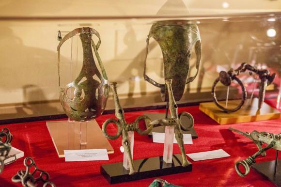 La vetrina dei reperti di epoca greco-antica, in cui spiccano alcune splendide museruole in bronzo