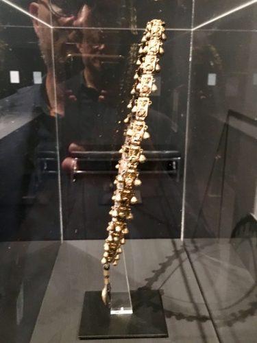 La collana è decorata da volti umani a sbalzo e pendagli. Collezione Giannelli